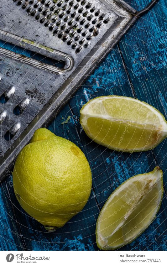 Zitronen blau schön Farbe gelb natürlich Holz Gesundheit frisch Ernährung retro rein lecker Rost Bioprodukte Holzbrett exotisch