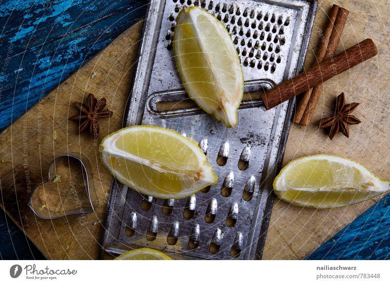 Zitronen Kräuter & Gewürze Holz Rost Herz Duft lecker natürlich retro sauer blau braun gelb Farbe viertel zitronenviertel Reibe raspeln Holzbrett Zimt Sternanis