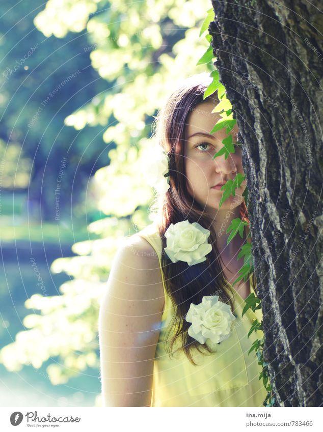 einen moment lang sah ich sie Mensch feminin Junge Frau Jugendliche Erwachsene 1 18-30 Jahre Umwelt Natur Pflanze Schönes Wetter Baum Rose Efeu Garten Park Wald