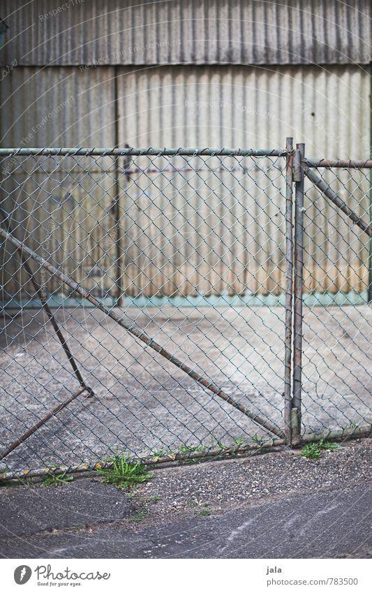 tor Stadt Gebäude grau Fassade trist Tür einfach Bauwerk Fabrik Zaun Tor Maschendrahtzaun Wellblech