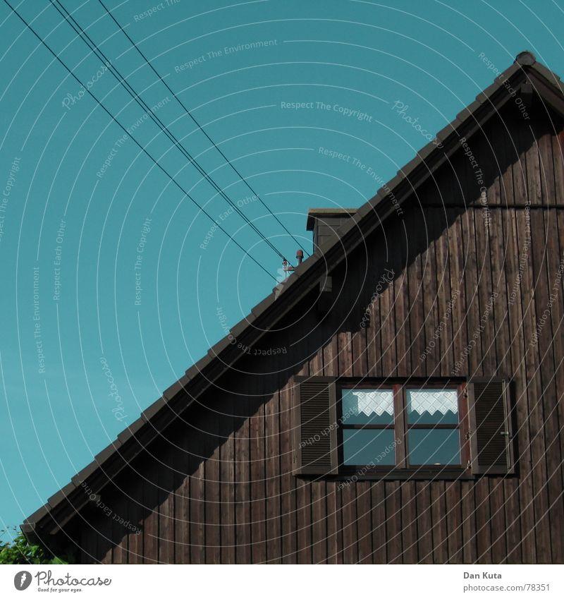 Halb und halb Haus Holz Fenster Dach Geometrie wohnlich Satteldach Spießer Kabel Schornstein Wärme Himmel Freiheit 45 grad 45 fieber 45 grüße an alle