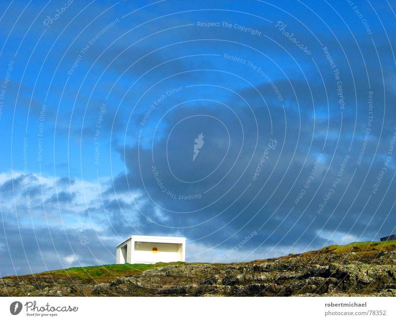 endstation bergkuppe _1 Wolken Himmel Sonne Haus Anhalter Haltestelle Versteck Gebäude Bergkuppe Wiese Bushaltestelle Horizont rückwärts einzeln limitiert Dach