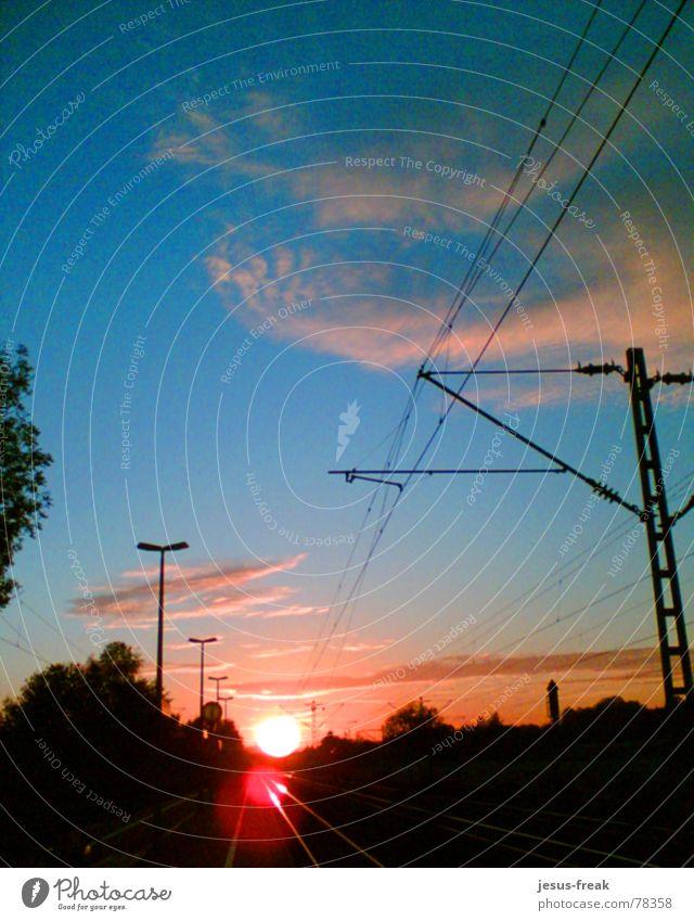 Into the Light Licht Sonnenuntergang fahren Himmel rot Abenddämmerung Eisenbahn Verkehrswege sun sunshine sky line Bahnhof trainstation red light into