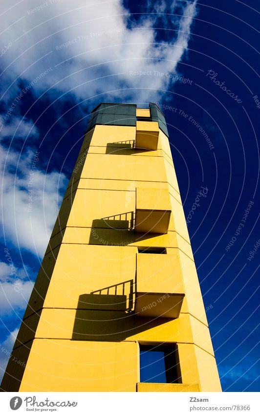 feuerwehrturm II Gebäude bedrohlich Bauwerk Balkon Fenster gelb klein Himmel blau Quadrat links Wolken Feuerwehr Turm hoch Baustelle aufwärts oben big sky blue