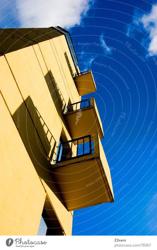 fensterplätze Gebäude bedrohlich Bauwerk Balkon Fenster gelb klein Himmel blau Quadrat links Feuerwehr Turm hoch Baustelle aufwärts oben big sky blue woken