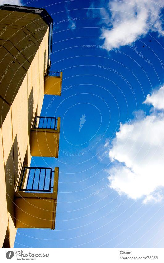 fensterplätze II Himmel blau gelb Farbe oben Fenster Gebäude klein hoch bedrohlich Baustelle Turm Quadrat Balkon Bauwerk aufwärts