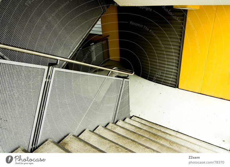 um die ecke Treppenhaus Parkhaus parken Wand gelb Aluminium abstrakt Futurismus Kraft Beton Ecke Geländer Leiter Metall kontast modern neu Baustelle