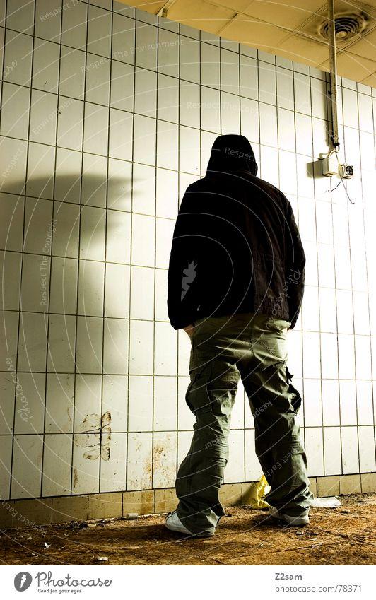 nobody stehen Stil lässig Mann Jugendliche Mütze Fabrik Demontage baufällig Bauschutt trashig Steckdose Elektrizität Physik Jacke Menschenleer Rücken man Stadt