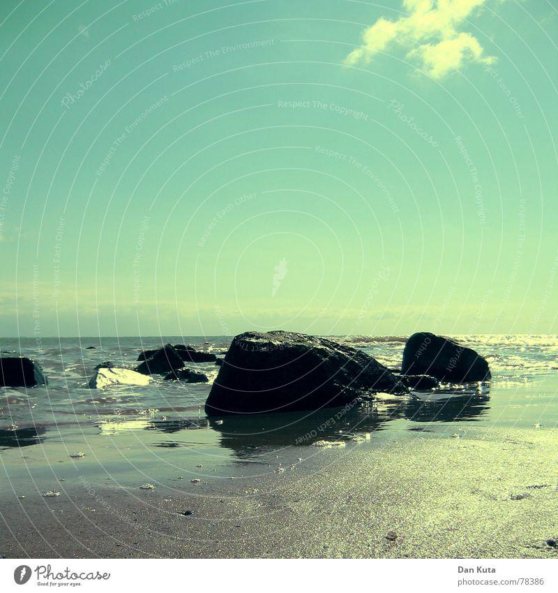 Unmittelbare Endlichkeit Wasser Himmel Meer blau Strand Ferne Tod Glück Stein Sand Küste Wellen glänzend Trauer Bodenbelag Vergänglichkeit