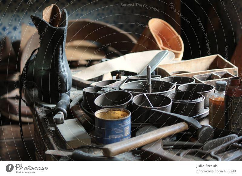 zeit läuft alt Arbeit & Erwerbstätigkeit Schuhe einfach Metallwaren historisch Vergangenheit nachhaltig Stiefel Werkzeug Leder Dose Hammer Schuster