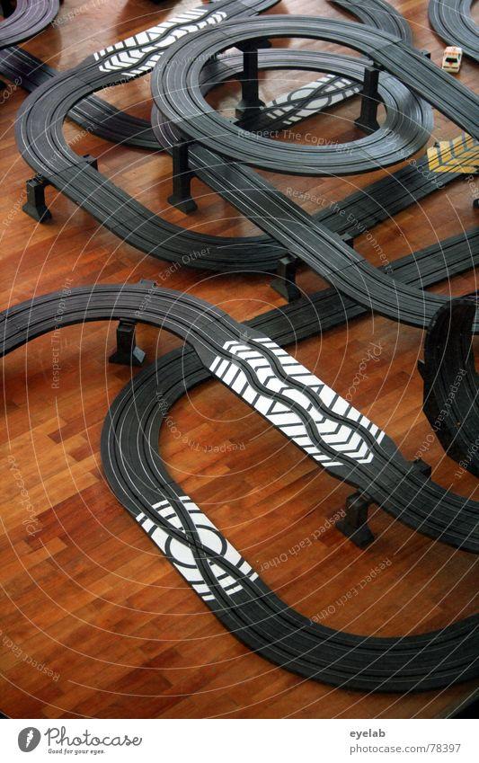 Schuhmis neuer Arbeitsplatz Carrerabahn Holz Holzmehl Tanzfläche braun schwarz weiß Spielen Entertainment Spielzeug Schuster Formel 1 Unfall Fahrgemeinschaft