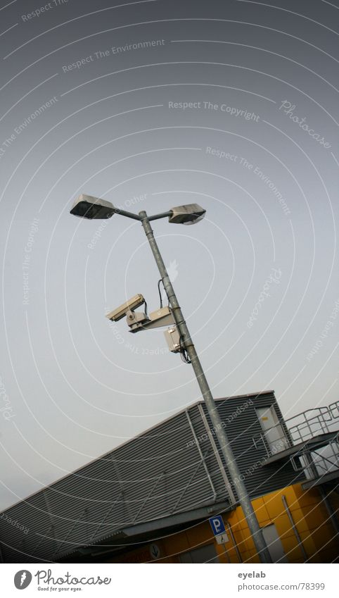 Schwedische Webcam No.374 Himmel Licht grau Gebäude Blech beobachten Überwachung Lampe Herbst Wolken Fenster Parkplatz parken Verkehr Fotografie Hoffnung gelb