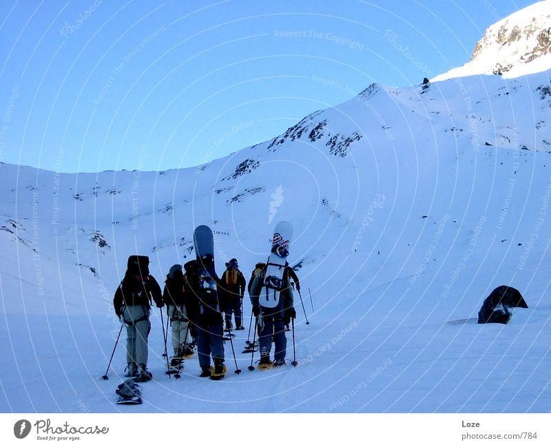 letour 03 #4 Bergsteigen Snowboard Morgen Berge u. Gebirge Alpen Schnee Schneelandschaft Außenaufnahme Farbfoto Menschengruppe Freundschaft aufwärts