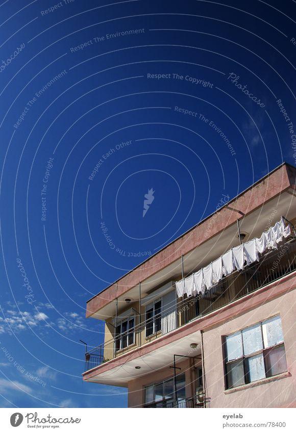 Wieder mal Waschtag Himmel blau Stadt Ferien & Urlaub & Reisen Sommer Wolken Haus Fenster grau Gebäude Arbeit & Erwerbstätigkeit Glas rosa Hochhaus