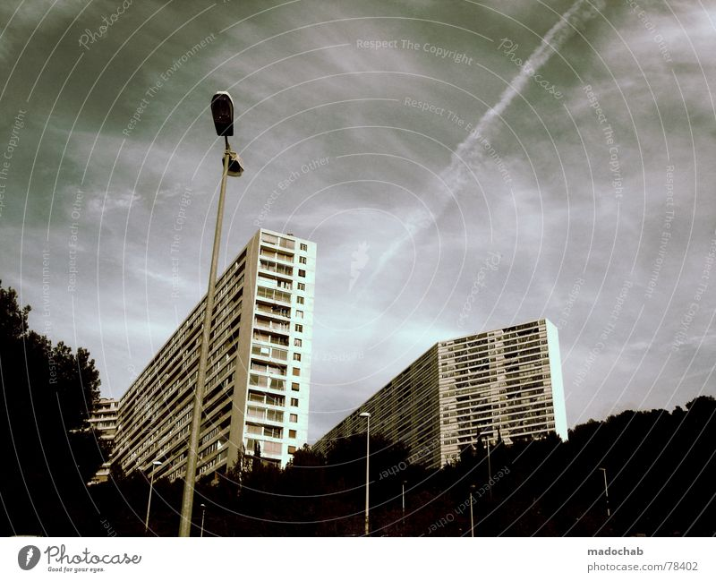 HOCHZEIT Unendlichkeit Block Vermieter Mieter Bürogebäude vermieten Parteien Ghetto hässlich live Hochhaus Straßenbeleuchtung Wolken schlechtes Wetter himmlisch