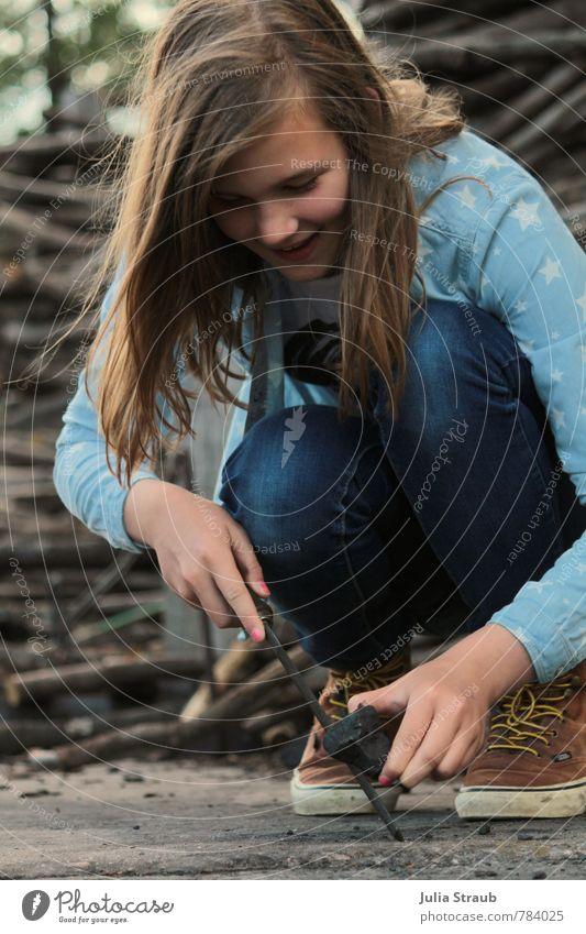 holz Mensch Kind Jugendliche blau Sommer Mädchen feminin Holz lachen braun dreckig 13-18 Jahre Fröhlichkeit Lebensfreude Stern (Symbol) Jeanshose