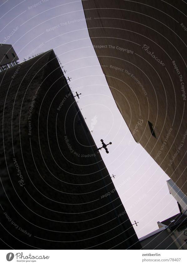 Rankhilfen Haus Neubau Altbau Froschperspektive violett aufsteigen Kletterhilfe Maria Himmelfahrt Kreuzbau Bergsteiger Froschschenkel Bauweise Perspektive