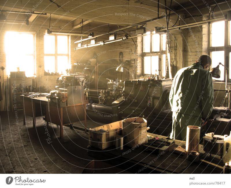 Nostalgie-Werkstatt alt Lampe Arbeit & Erwerbstätigkeit Fenster Holz Wärme hell Metall dreckig Physik Werkstatt Maschine Fett Erdöl drehen chaotisch