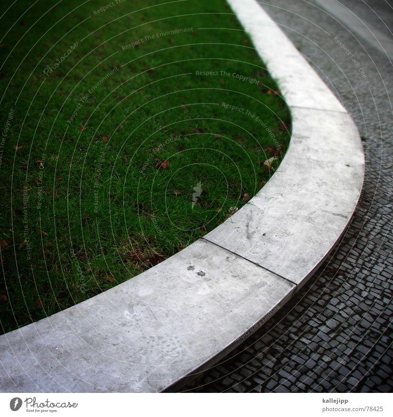 das runde muss in das eckige grün Gras Bürgersteig Rasen begrennzung architecture Kopfsteinpflaster Stein Straße kallejipp Pflastersteine Architektur