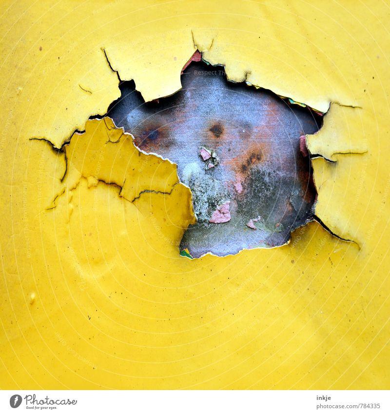 die Post ist auch nicht mehr das, was sie mal war Handwerk Baustelle Menschenleer Mauer Wand Fassade Lack Metall Rost Linie Riss Loch alt kaputt gelb Verfall