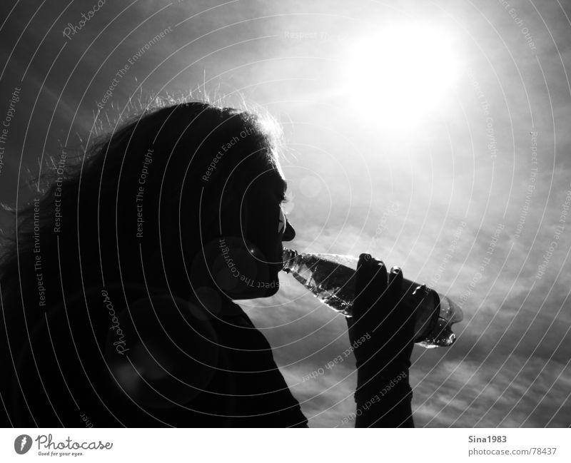 Summer Feeling Frau schwarz weiß trinken Lichtfleck Außenaufnahme Sommer Physik kühlen Schwarzweißfoto Flasche Wasser Schatten Silhouette Sonne Himmel Kontrast
