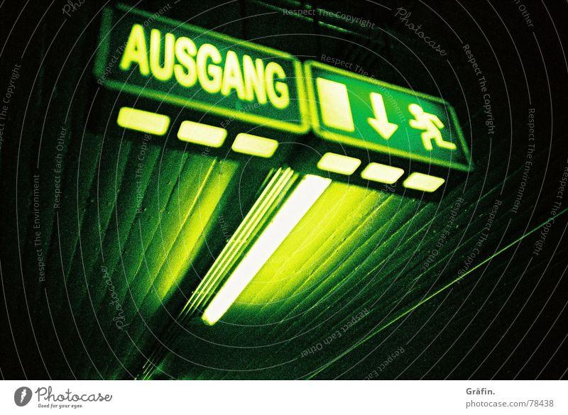 Not-Ausgang Notausgang Parkhaus grün Neonlicht dunkel cross Xpro Lomografie