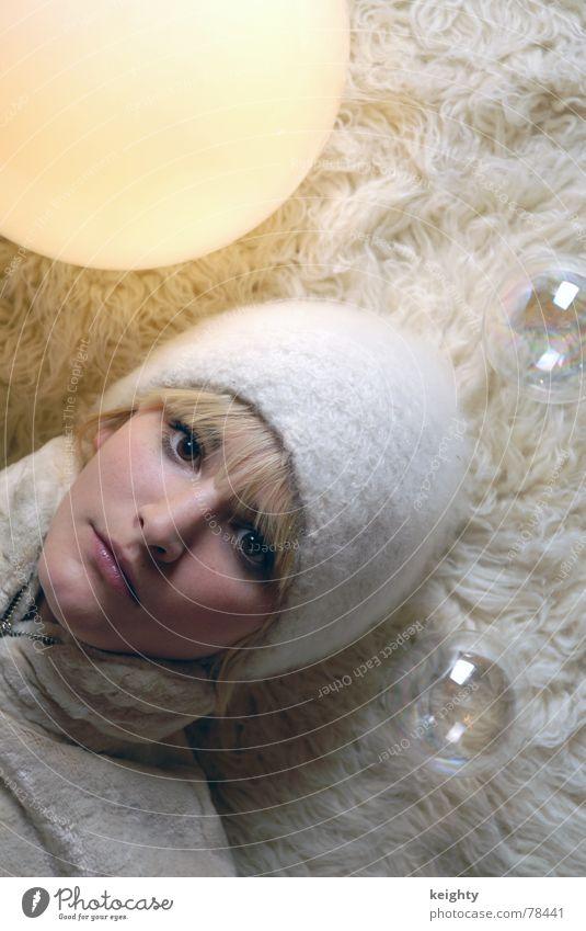 Balls weiß gelb Lampe feminin Haare & Frisuren Kopf blond Kugel Fell Mütze durchsichtig Teppich beige Flokati