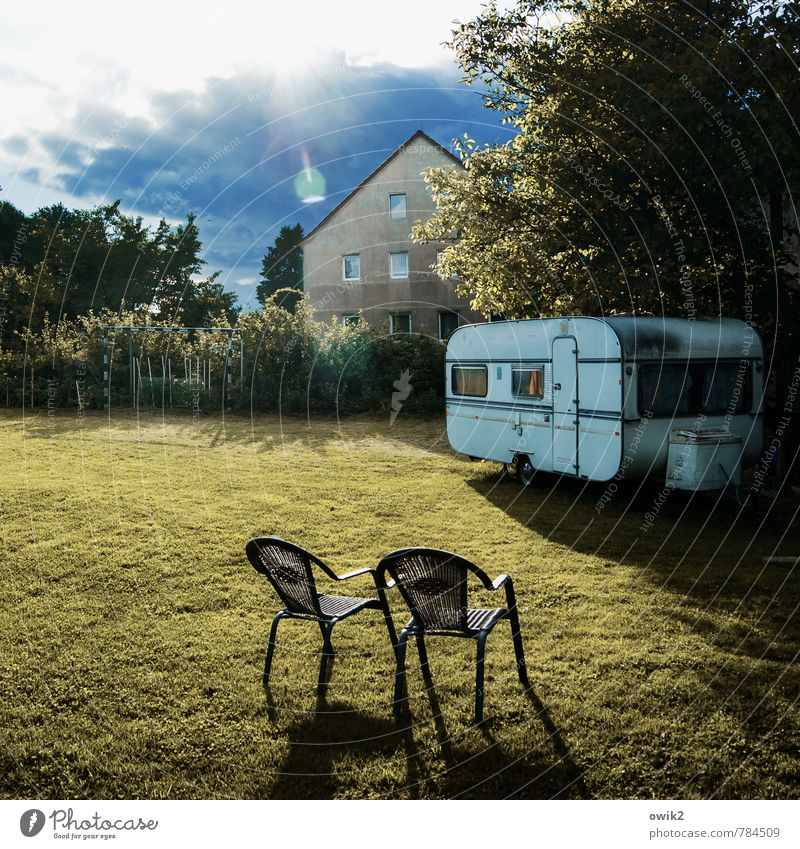 Paarhocker Ferien & Urlaub & Reisen alt Pflanze Baum Haus Fenster Umwelt Wand Wiese Gras natürlich Gebäude Mauer Garten Fassade Horizont