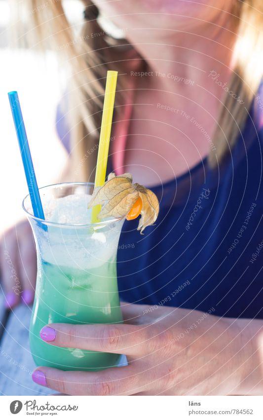 lounge feeling Mensch Frau Ferien & Urlaub & Reisen Jugendliche Sommer Junge Frau Erholung Hand Erwachsene feminin Party Zufriedenheit Glas genießen Getränk süß