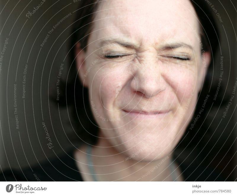 gnihihihi Lifestyle Freude Frau Erwachsene Leben Gesicht 1 Mensch 30-45 Jahre Lächeln lachen lustig nah Gefühle Stimmung Fröhlichkeit Vorfreude Begeisterung