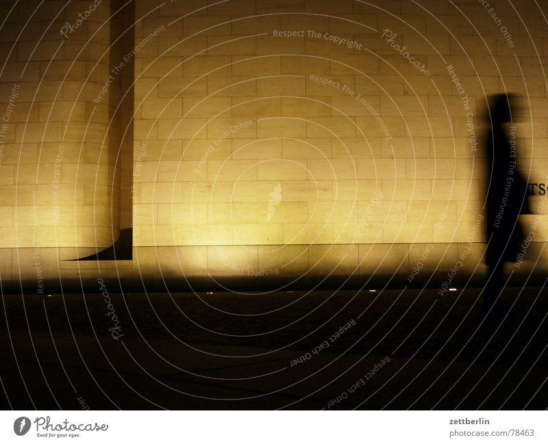 Nach dem Update Frau Einsamkeit schwarz ruhig Ferne Wand Gefühle Mauer hell Beleuchtung Wind Angst warten gefährlich Brücke stehen
