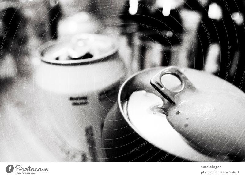 Bierästhetik Unschärfe Dose Aluminium trinken Alkoholisiert angezapft Gischt Büchse Brauerei zuschütten Getränk stechen Zeche unpersönlich Leichtmetall