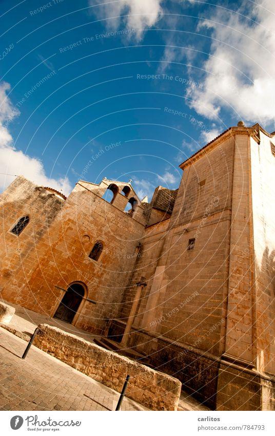 St. Titanic Himmel Sommer Schönes Wetter Wärme Stadt Stadtzentrum Menschenleer Kirche Mauer Wand Fassade Tür Sehenswürdigkeit St. Andreu ästhetisch Platz