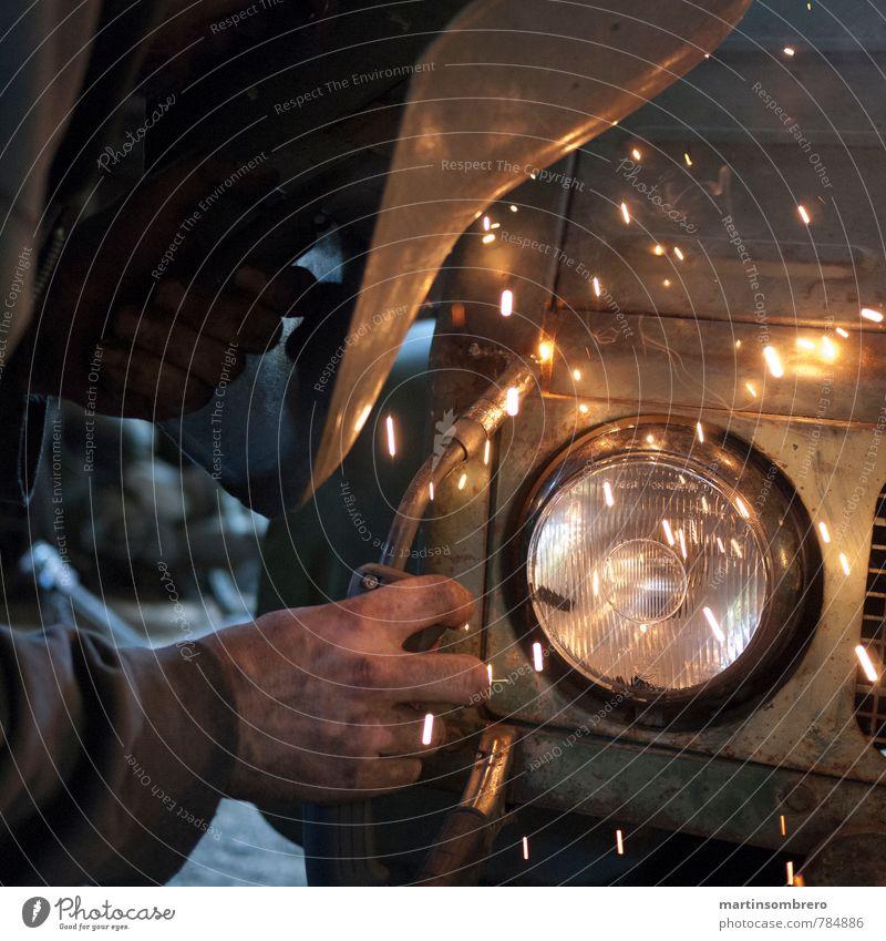 Elektro-Schweissen 2 Handwerker Schweißgerät maskulin 1 Mensch Lastwagen Schutzbekleidung Scheinwerfer machen heiß hell kaputt fleißig Verfall Farbfoto