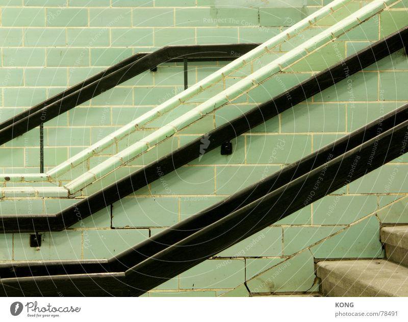 going down grün schwarz oben Linie hoch Treppe verrückt unten U-Bahn Fliesen u. Kacheln Geländer diagonal Bahnhof Leiter abwärts aufsteigen