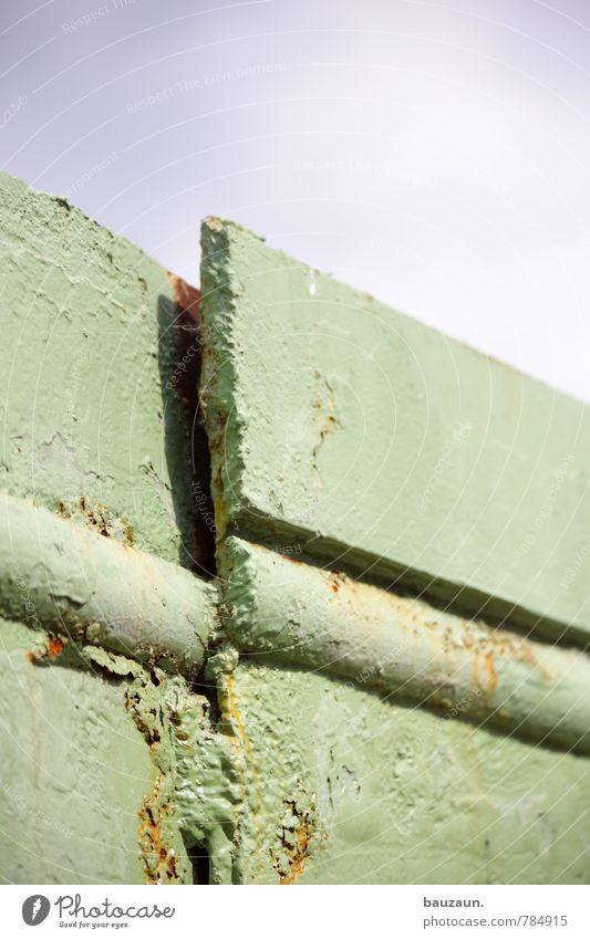 HH-Peute | zusammenhalt. Baustelle Industrie Handwerk Himmel Industrieanlage Fabrik Mauer Wand Hafen Metall Linie festhalten eckig hässlich Spitze grün Farbfoto