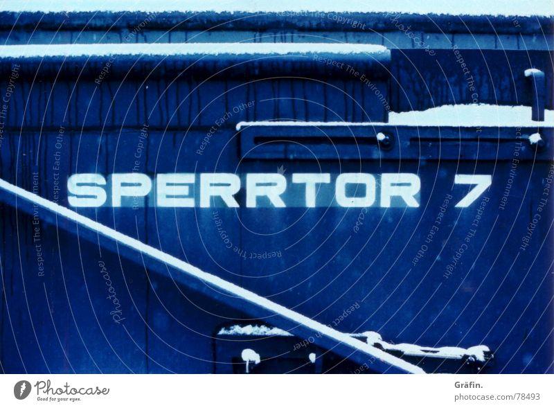 Sperrtor 7 Anlegestelle Dock Winter kalt Hafen canon av-1 Hamburg Schnee blau cross Xpro Schiffswerft Schwimmdock Trockendock