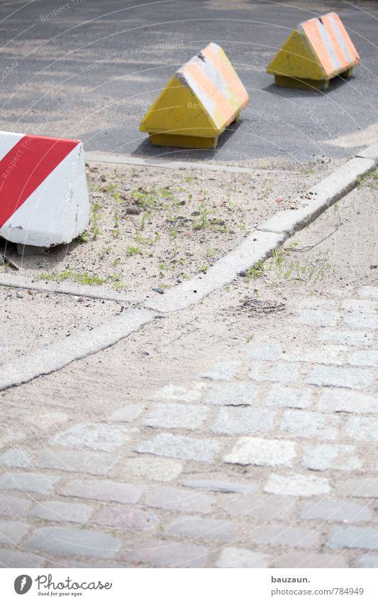 bodenständig | drei sind einer zuviel. Stadt rot gelb Wege & Pfade Gras grau Stein Linie dreckig Kraft Schilder & Markierungen Platz Beton Hinweisschild