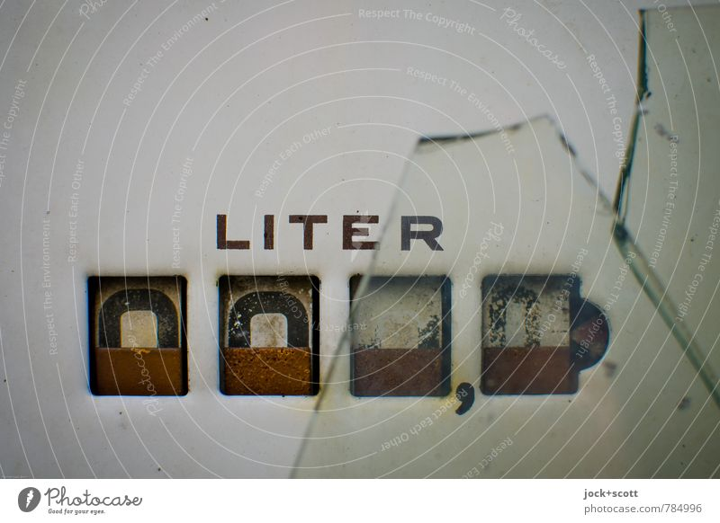 000,0 LITER Zählwerk Skala Energiewirtschaft Energiekrise Tankstelle Glasscheibe Metall Liter Wort historisch kaputt nah Originalität retro Design
