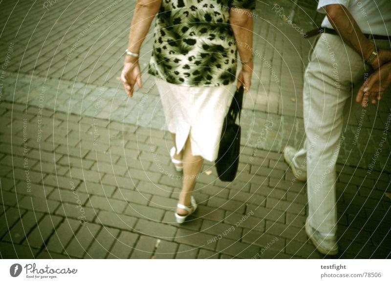 no title found kaufen Stil Mensch Paar Senior Fußgängerzone unterwegs kleidsam altmodisch walking Lomografie Rückansicht Leopardenmuster Detailaufnahme