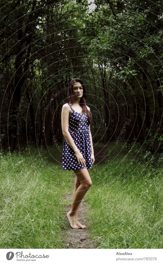 Lichtung Freizeit & Hobby Ausflug Abenteuer Junge Frau Jugendliche Beine Fuß Barfuß 18-30 Jahre Erwachsene Baum Gras Sträucher Wald Waldlichtung Sommerkleid