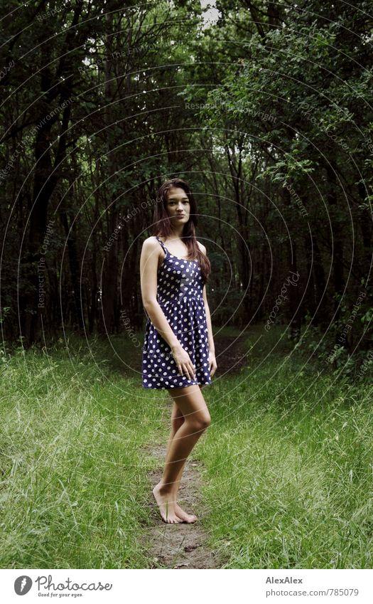 Lichtung Jugendliche schön Baum Junge Frau 18-30 Jahre Wald Erwachsene feminin Gras natürlich Beine Fuß träumen Freizeit & Hobby Idylle Sträucher