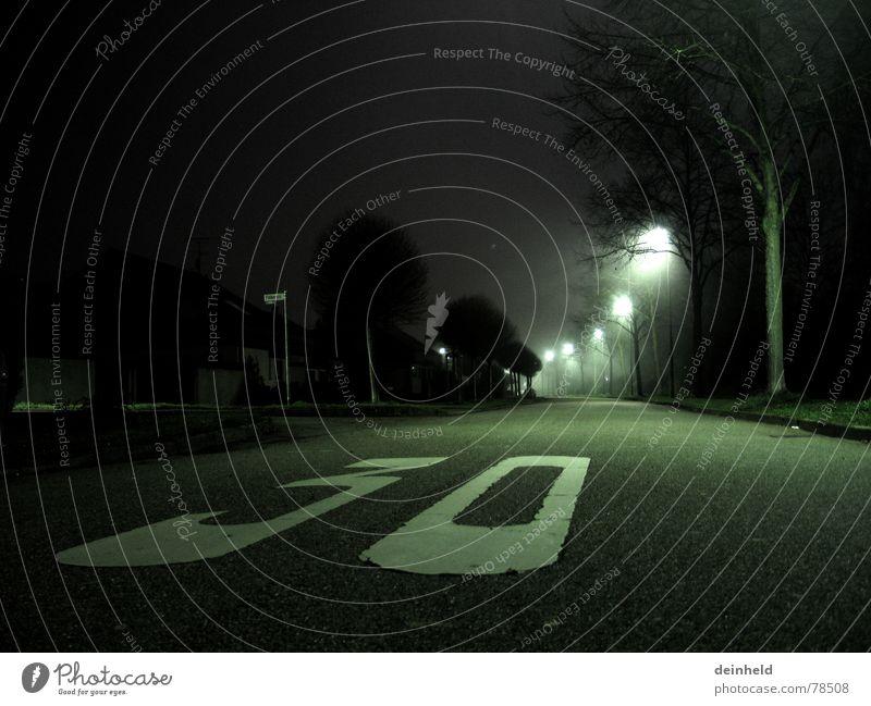 30er Zone Winter Straßenkreuzung Gasse Laterne Baum kalt Nacht dunkel Licht Asphalt Straßenverkehr frisch Straßenbelag Eis fahren Straßenverkehrsordnung