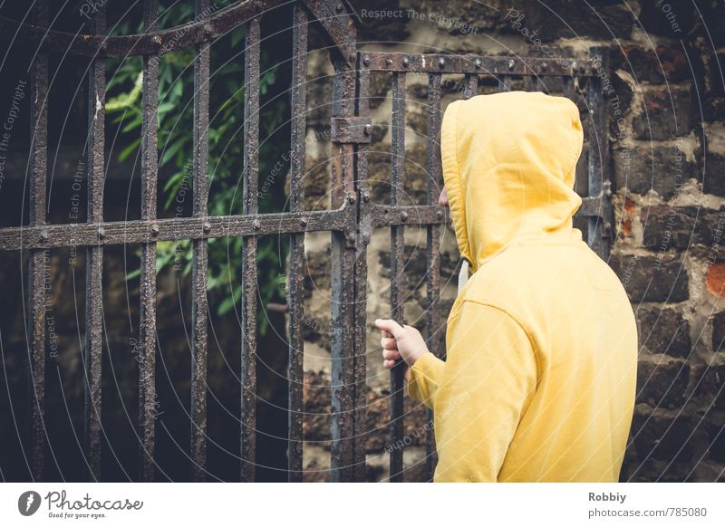 de l'autre côté Mensch Kind Jugendliche Einsamkeit 18-30 Jahre Junger Mann gelb Erwachsene Wand Mauer Freiheit maskulin trist 13-18 Jahre geschlossen festhalten