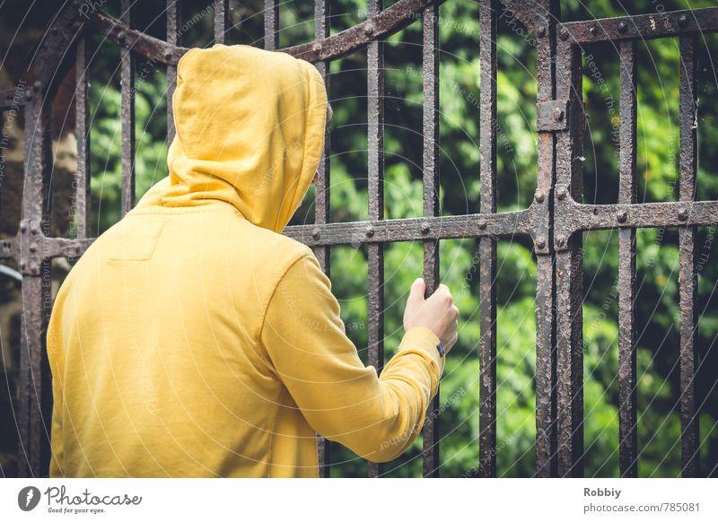 de l'autre côté II maskulin Junger Mann Jugendliche Erwachsene 13-18 Jahre Kind 18-30 Jahre Tor Kapuzenpullover Gitter festhalten Blick trist Stadt gelb grün