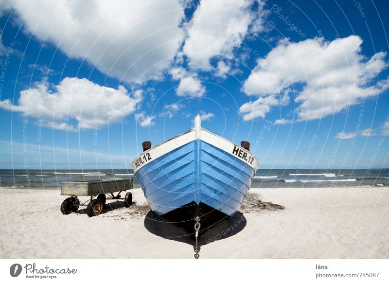 du suchst das Meer l HER12 Himmel Ferien & Urlaub & Reisen blau weiß Wasser Wolken Strand Küste Freiheit Sand Wasserfahrzeug liegen Wellen Tourismus warten