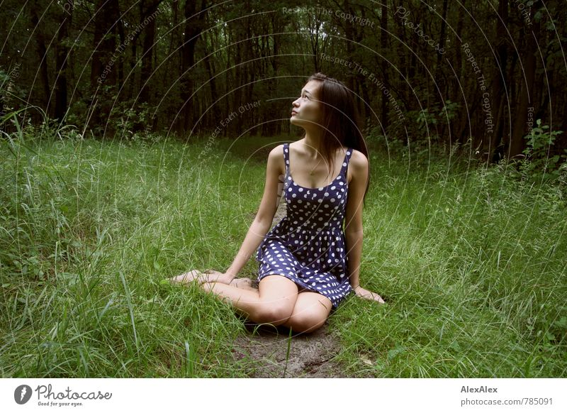 Waldeslust Ausflug Abenteuer Junge Frau Jugendliche Körper Beine 18-30 Jahre Erwachsene Natur Baum Gras Waldlichtung Sommerkleid Punkt Barfuß brünett langhaarig
