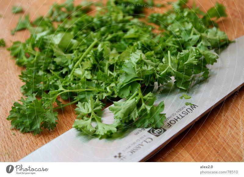 Gehackte Petersilie Kräuter & Gewürze Schneidebrett Vorbereitung Stahl verfeinern Messer Holzbrett kochen & garen grün lecker Gemüse Küche schneide silber
