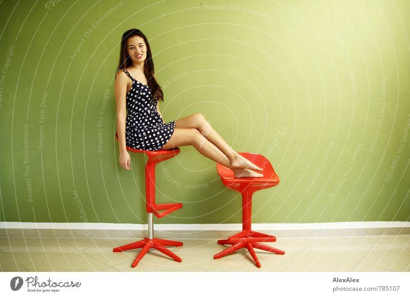 rot und grün und blau und sehr schön! Hocker Junge Frau Jugendliche Gesicht Beine Fuß 18-30 Jahre Erwachsene Sommerkleid Punkt Barfuß brünett langhaarig Lächeln