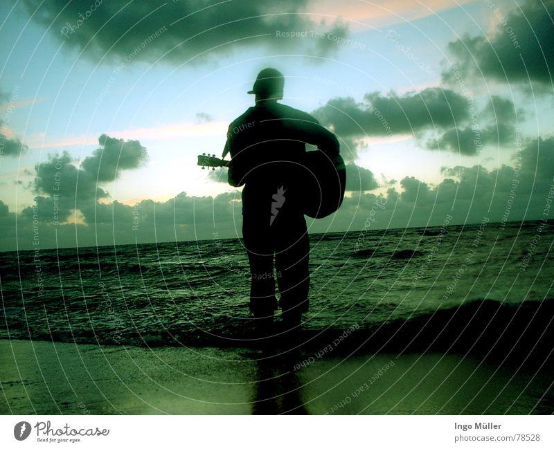 frisch und gemütlich Mensch Mann Wasser Meer Strand Wolken Spielen Musik See Sand Wellen Gitarre